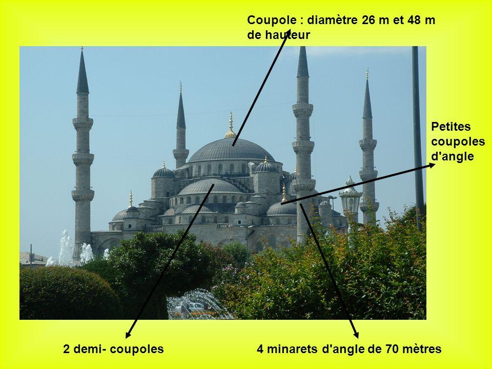 4 minarets d angle de 70 mètres Coupole : diamètre 26 m et 48 m de hauteur 2 demi- coupoles Petites coupoles d angle