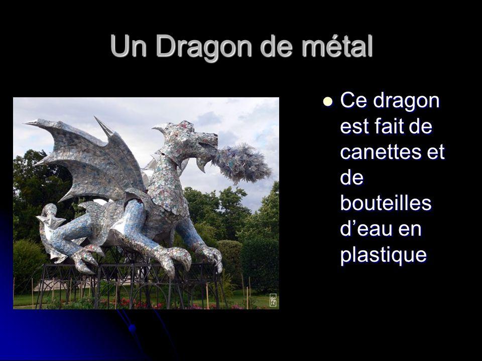 Un Dragon de métal Ce dragon est fait de canettes et de bouteilles deau en plastique Ce dragon est fait de canettes et de bouteilles deau en plastique