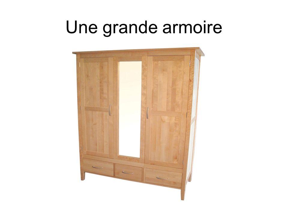 Une grande armoire