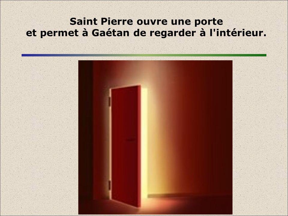 Saint Pierre ouvre une porte et permet à Gaétan de regarder à l'intérieur.
