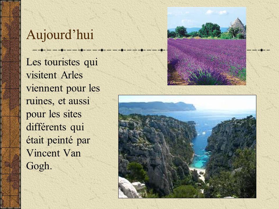 Aujourdhui Les touristes qui visitent Arles viennent pour les ruines, et aussi pour les sites différents qui était peinté par Vincent Van Gogh.