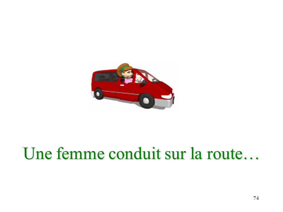 74 Une femme conduit sur la route…