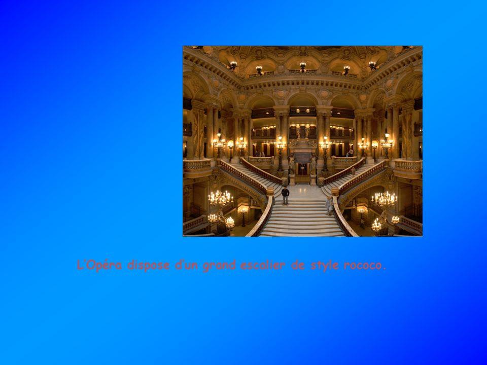 LOpéra dispose dun grand escalier de style rococo.