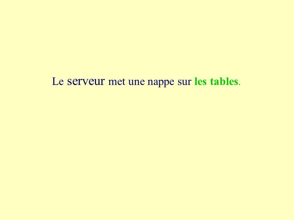 1a les tables Le serveur met une nappe sur les tables l étable