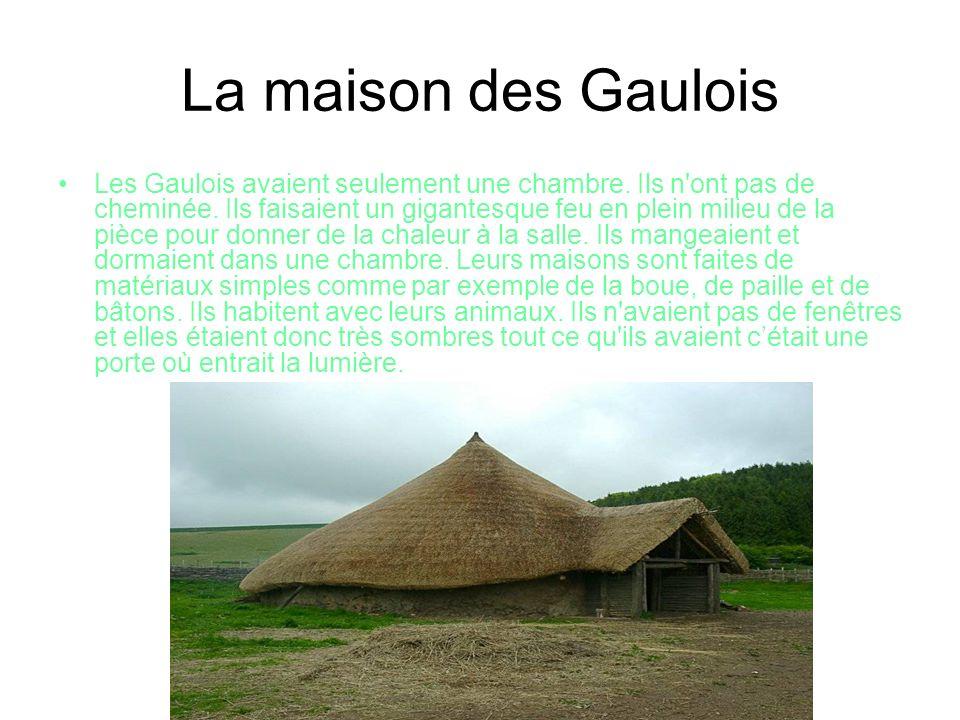 La maison des Romains Les maisons romaines étaient bien différentes des Gaulois, elles ont beaucoup de pièces différentes par exemple, une cuisine, un atrium, une salle à manger et un jardin.
