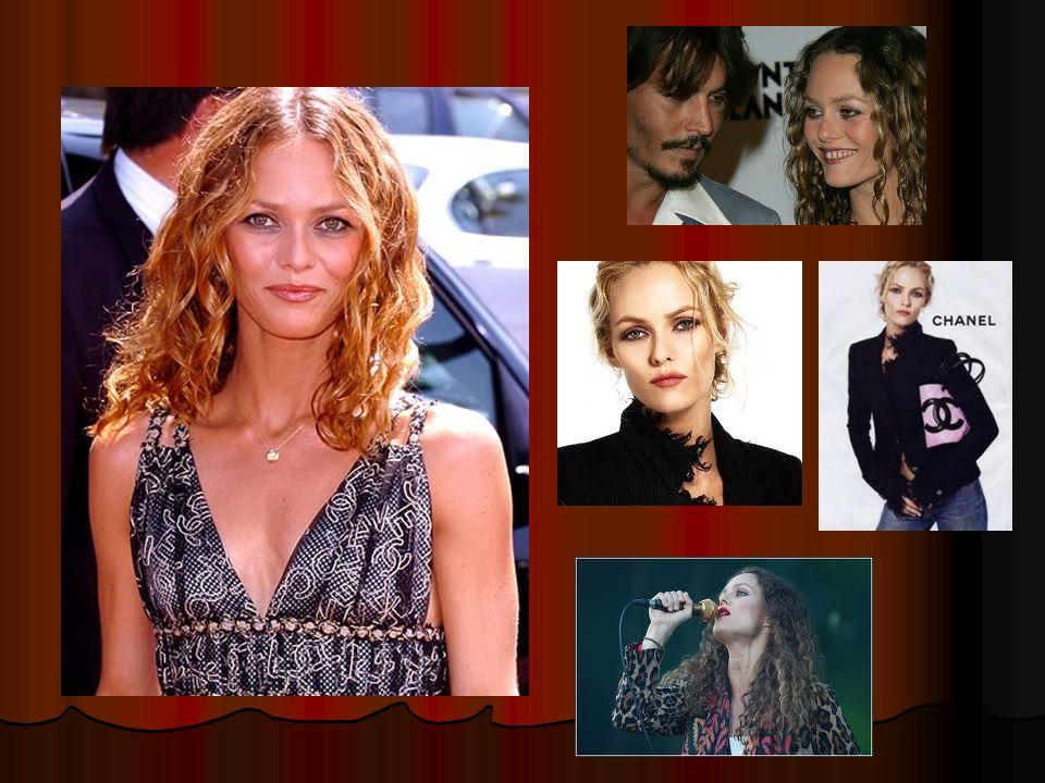 Cest Vanessa Paradis.Cest une femme. Cest la femme de Johnny Depp.