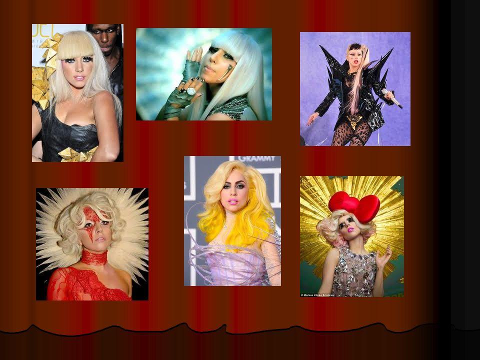 Cest Lady Gaga.Cest une chanteuse. Cest une femme différente et bizarre.