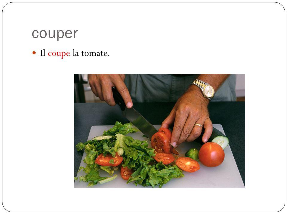couper Il coupe la tomate.