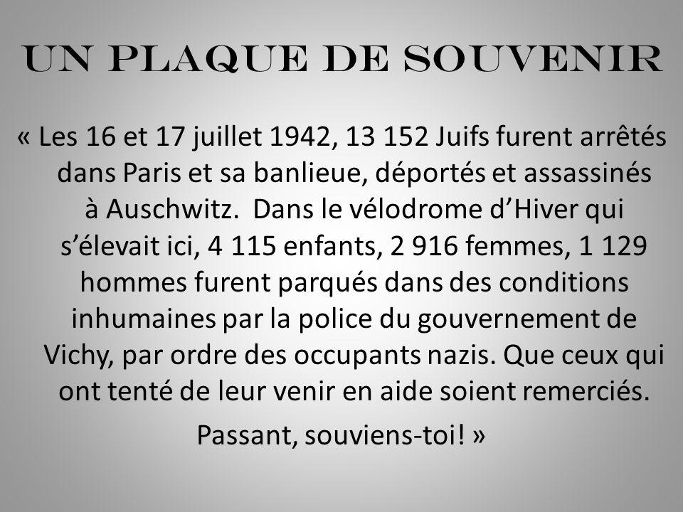 Un plaque de souvenir « Les 16 et 17 juillet 1942, 13 152 Juifs furent arrêtés dans Paris et sa banlieue, déportés et assassinés à Auschwitz. Dans le