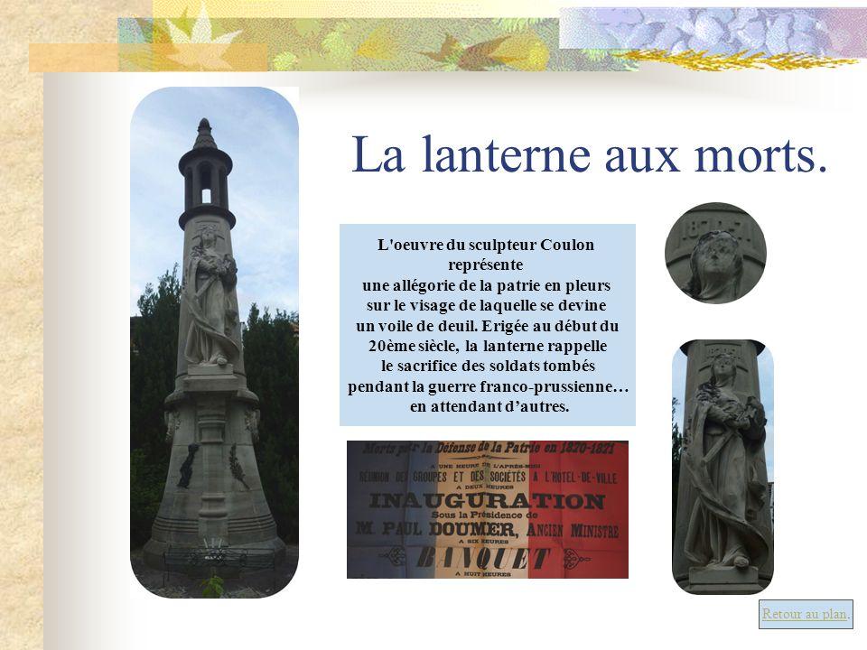 La lanterne aux morts. L'oeuvre du sculpteur Coulon représente une allégorie de la patrie en pleurs sur le visage de laquelle se devine un voile de de