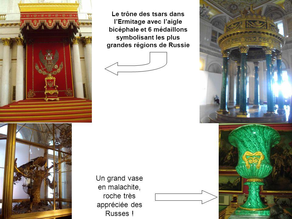 Le trône des tsars dans lErmitage avec laigle bicéphale et 6 médaillons symbolisant les plus grandes régions de Russie Un grand vase en malachite, roc