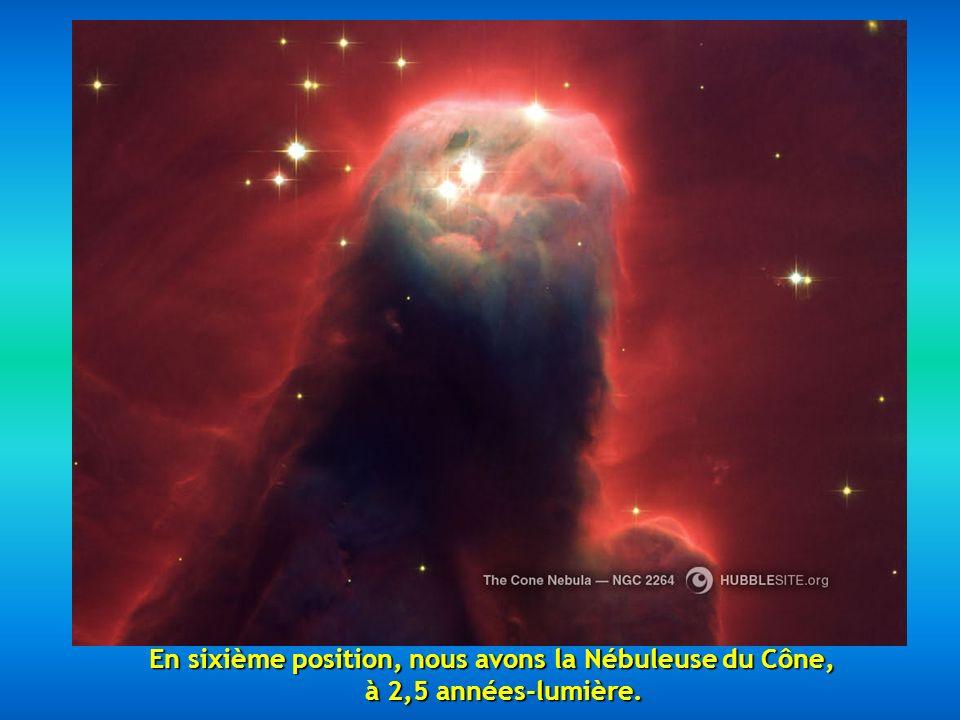 En cinquième position, on a choisi la Nébuleuse Hourglass située à 8000 années-lumière, une belle nébuleuse avec un rétrécissement dans sa partie cent