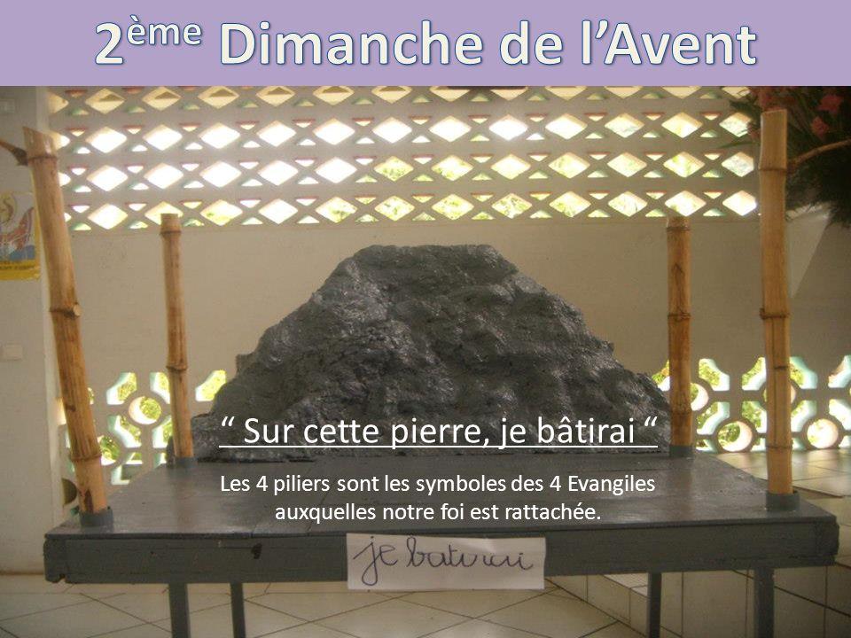 Sur cette pierre, je bâtirai Les 4 piliers sont les symboles des 4 Evangiles auxquelles notre foi est rattachée.