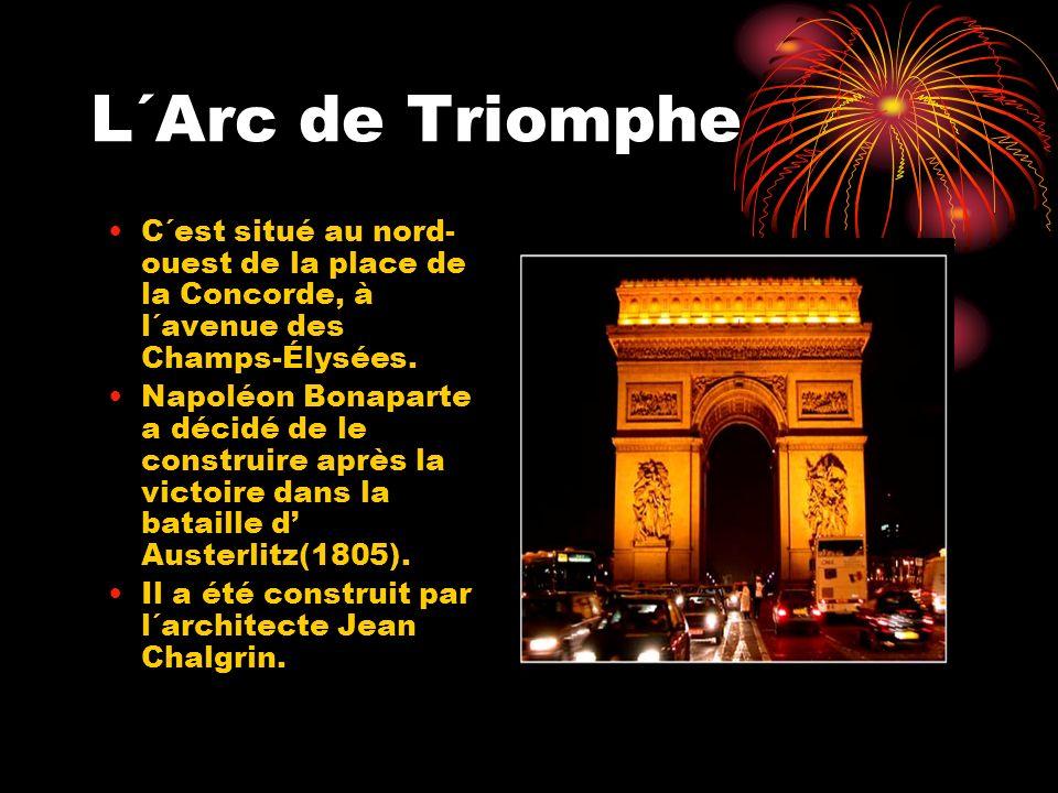 L´Arc de Triomphe C´est situé au nord- ouest de la place de la Concorde, à l´avenue des Champs-Élysées. Napoléon Bonaparte a décidé de le construire a