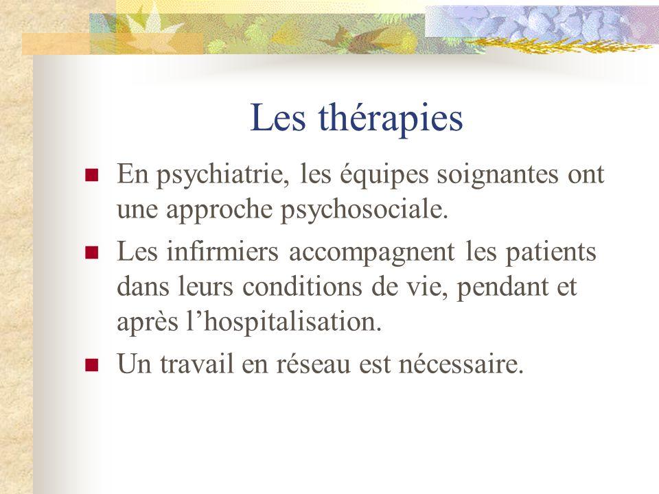 Les thérapies En psychiatrie, les équipes soignantes ont une approche psychosociale. Les infirmiers accompagnent les patients dans leurs conditions de