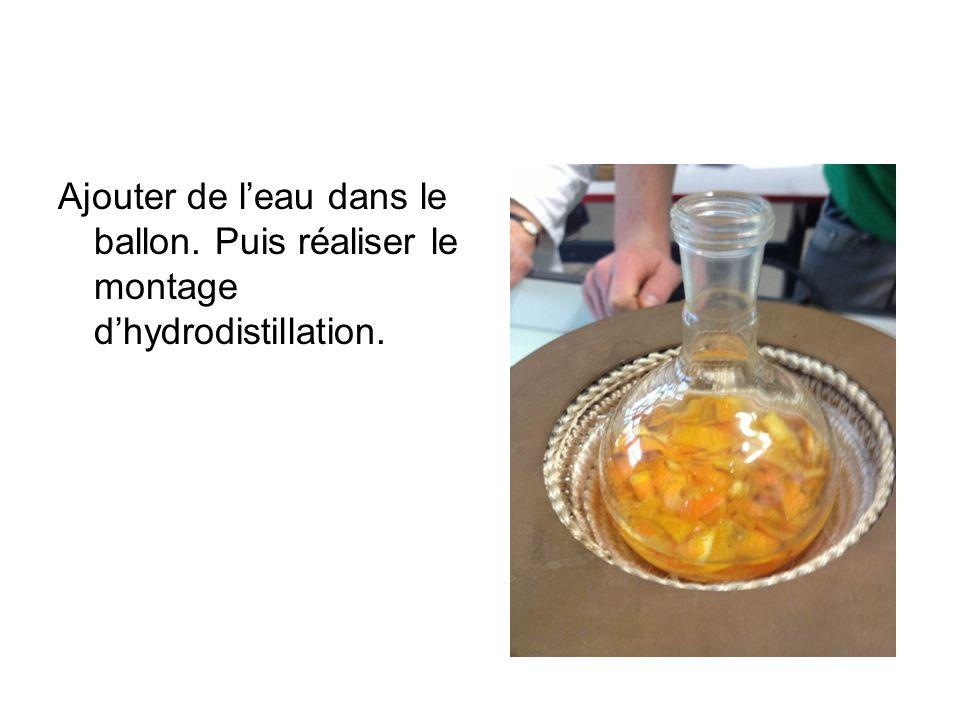 Ajouter de leau dans le ballon. Puis réaliser le montage dhydrodistillation.