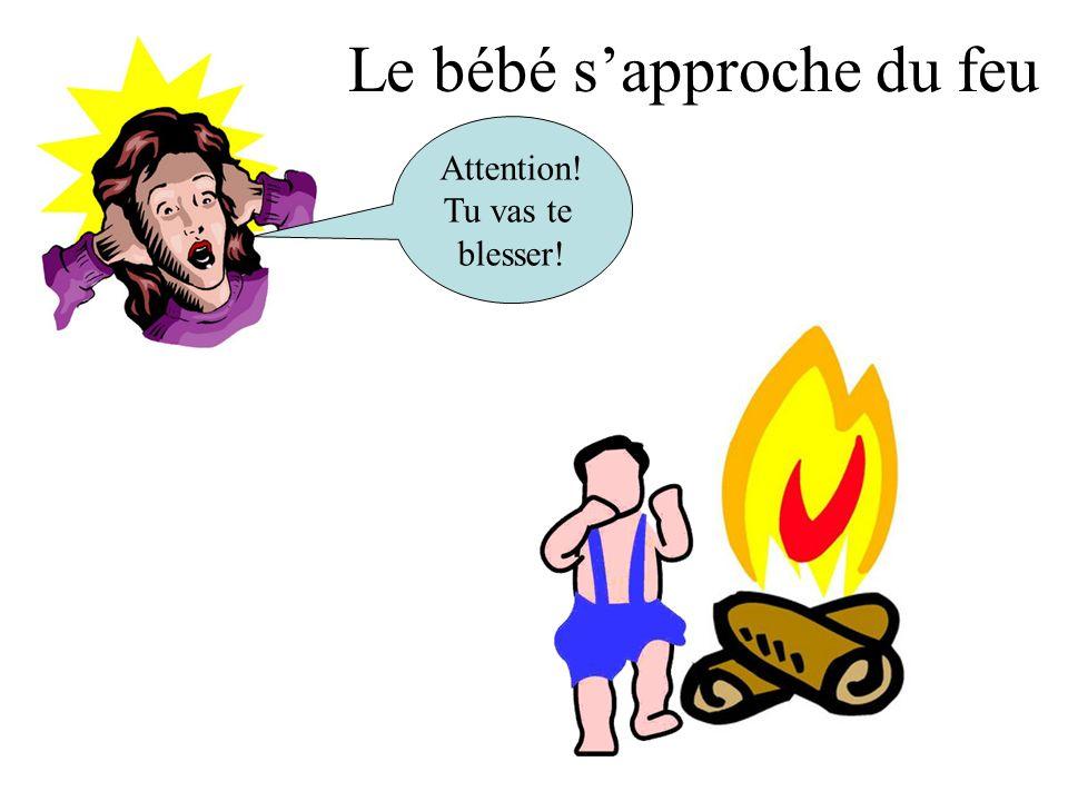 Le bébé sapproche du feu Attention! Tu vas te blesser!