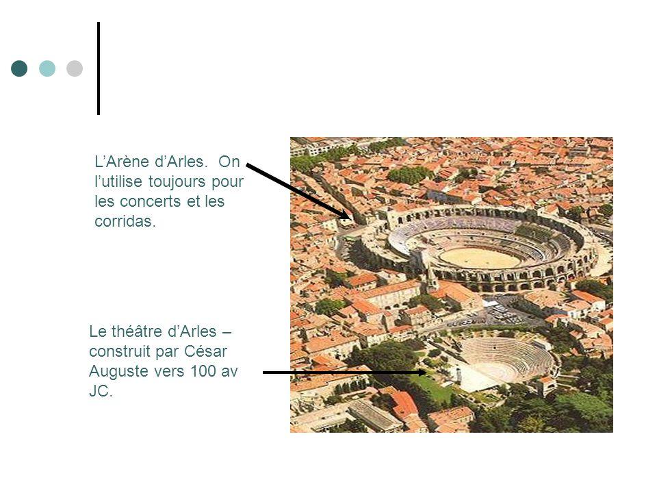 LArène dArles. On lutilise toujours pour les concerts et les corridas. Le théâtre dArles – construit par César Auguste vers 100 av JC.