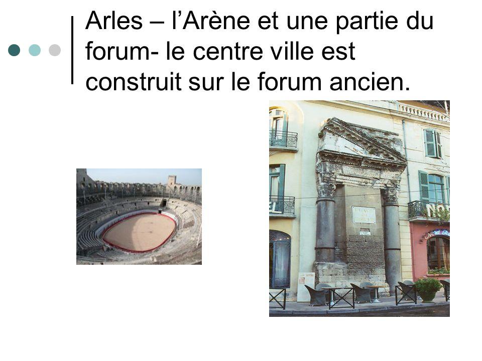 Arles – lArène et une partie du forum- le centre ville est construit sur le forum ancien.