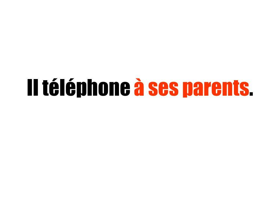 Il téléphone à ses parents.