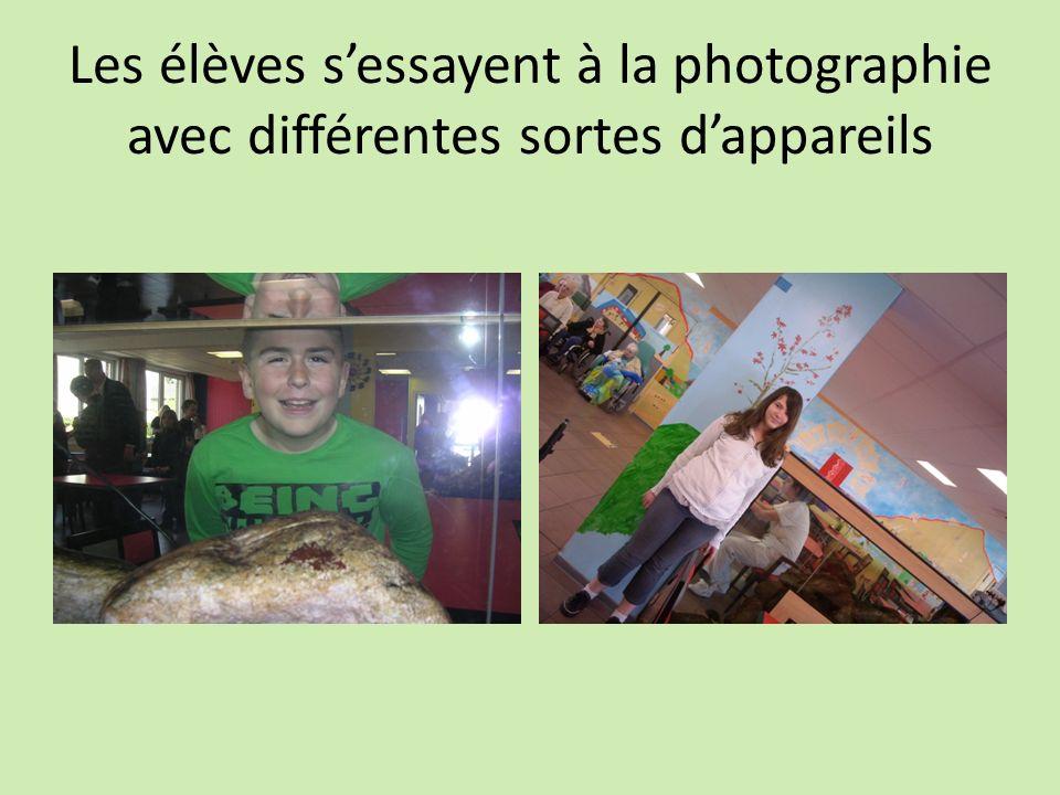 Les élèves sessayent à la photographie avec différentes sortes dappareils