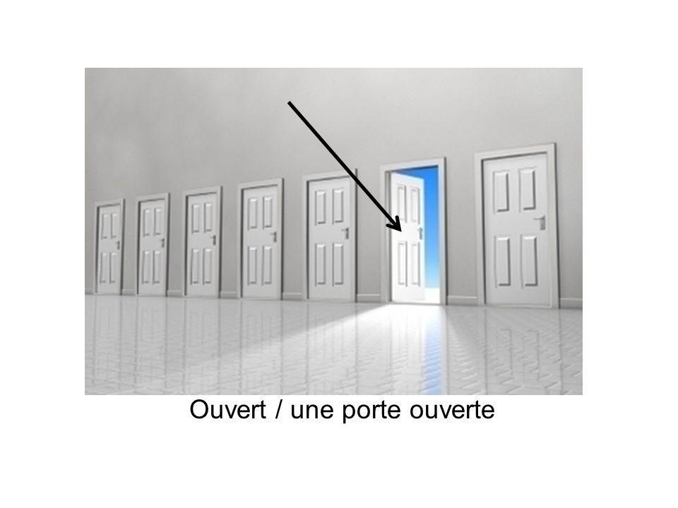 Ouvert / une porte ouverte
