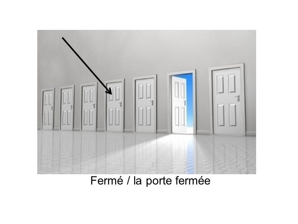Fermé / la porte fermée