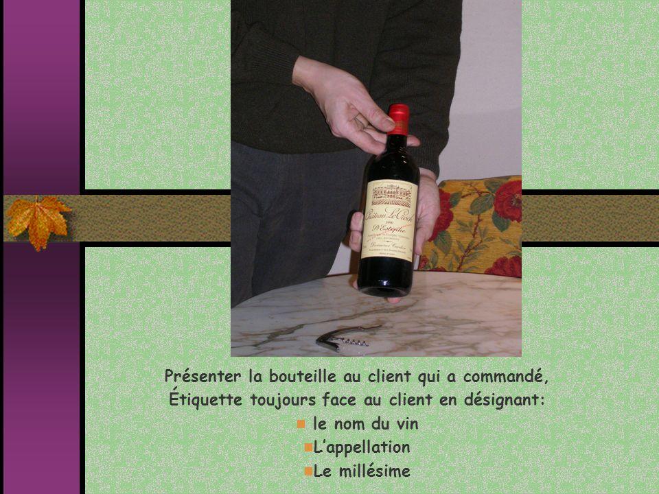 Présenter la bouteille au client qui a commandé, Étiquette toujours face au client en désignant: le nom du vin Lappellation Le millésime