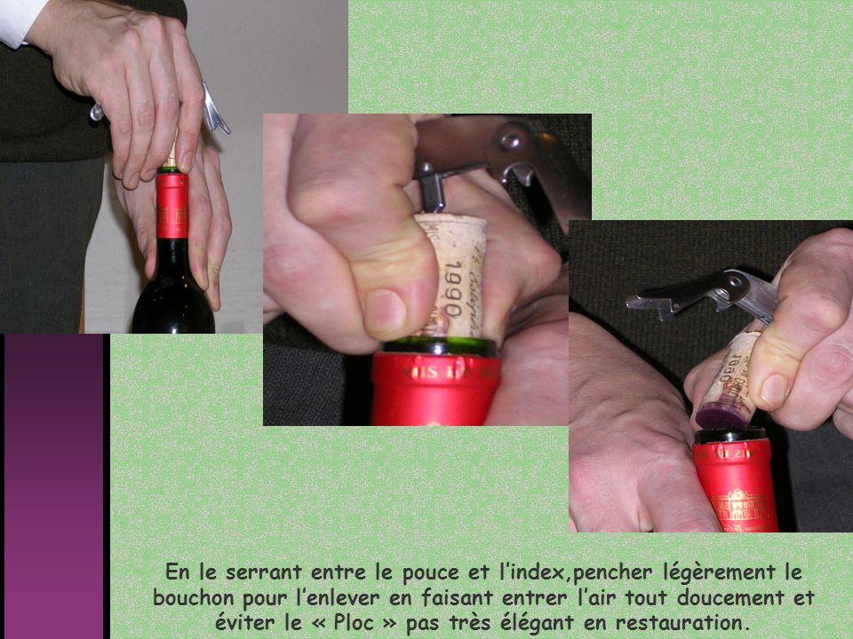 Avant denlever le bouchon de la vrille pour le présenter au client, Sentez-le pour déceler un éventuel goût de bouchon au vin.