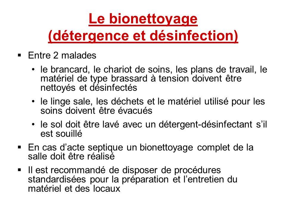 Le bionettoyage (détergence et désinfection) Entre 2 malades le brancard, le chariot de soins, les plans de travail, le matériel de type brassard à te