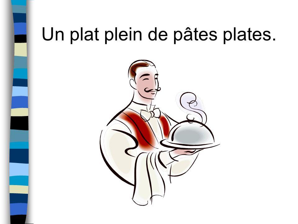 Un plat plein de pâtes plates.