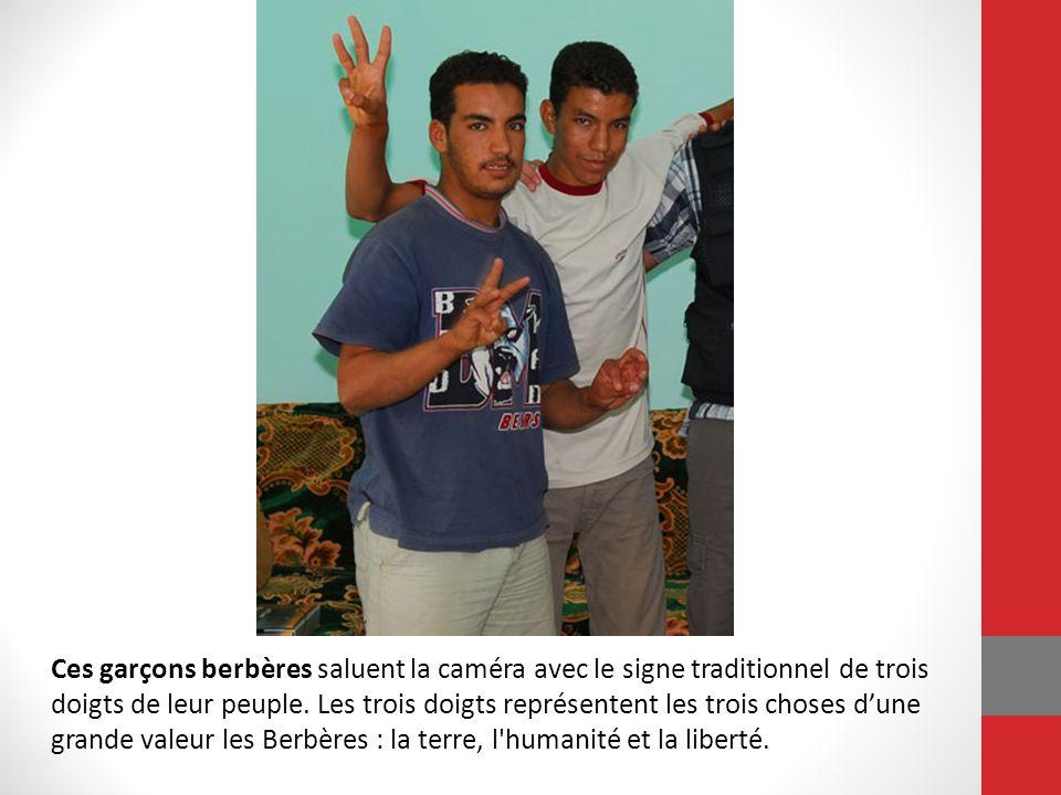 Ces garçons berbères saluent la caméra avec le signe traditionnel de trois doigts de leur peuple. Les trois doigts représentent les trois choses dune