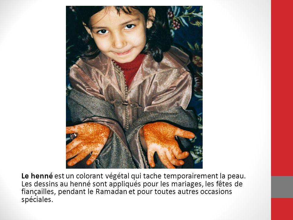 Le henné est un colorant végétal qui tache temporairement la peau. Les dessins au henné sont appliqués pour les mariages, les fêtes de fiançailles, pe