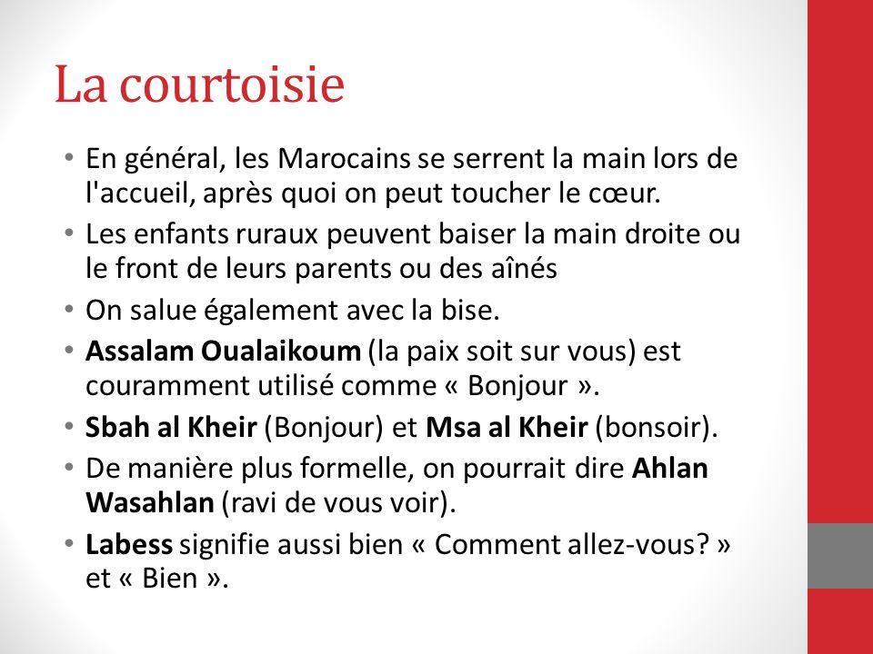 La courtoisie En général, les Marocains se serrent la main lors de l'accueil, après quoi on peut toucher le cœur. Les enfants ruraux peuvent baiser la