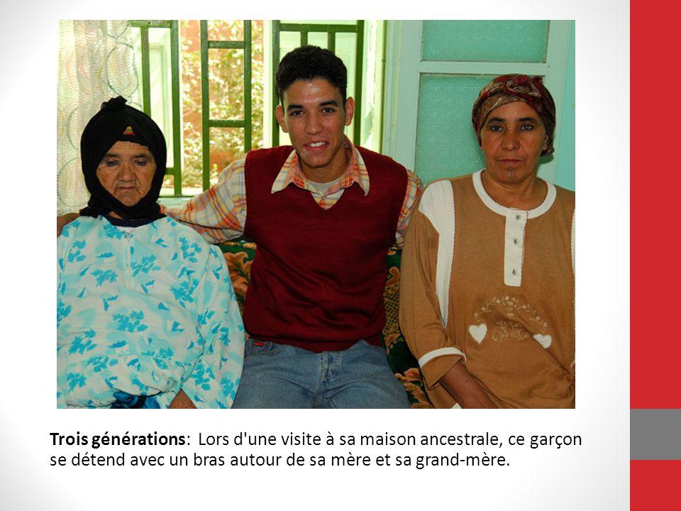 Trois générations: Lors d'une visite à sa maison ancestrale, ce garçon se détend avec un bras autour de sa mère et sa grand-mère.