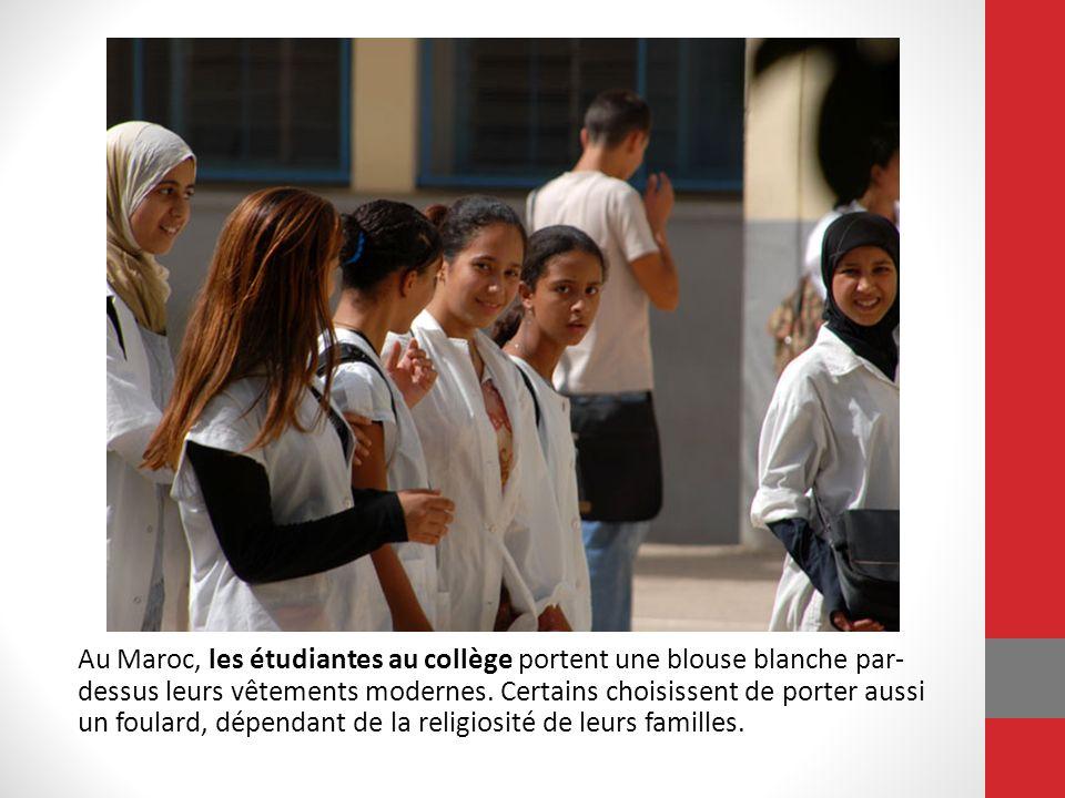 Au Maroc, les étudiantes au collège portent une blouse blanche par- dessus leurs vêtements modernes. Certains choisissent de porter aussi un foulard,
