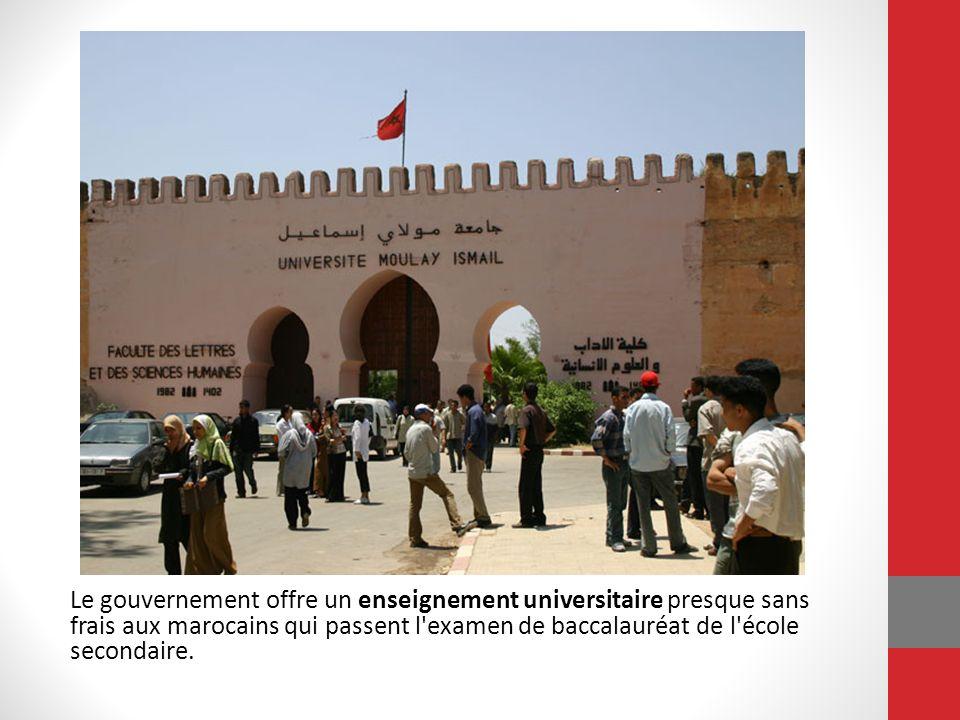 Le gouvernement offre un enseignement universitaire presque sans frais aux marocains qui passent l'examen de baccalauréat de l'école secondaire.