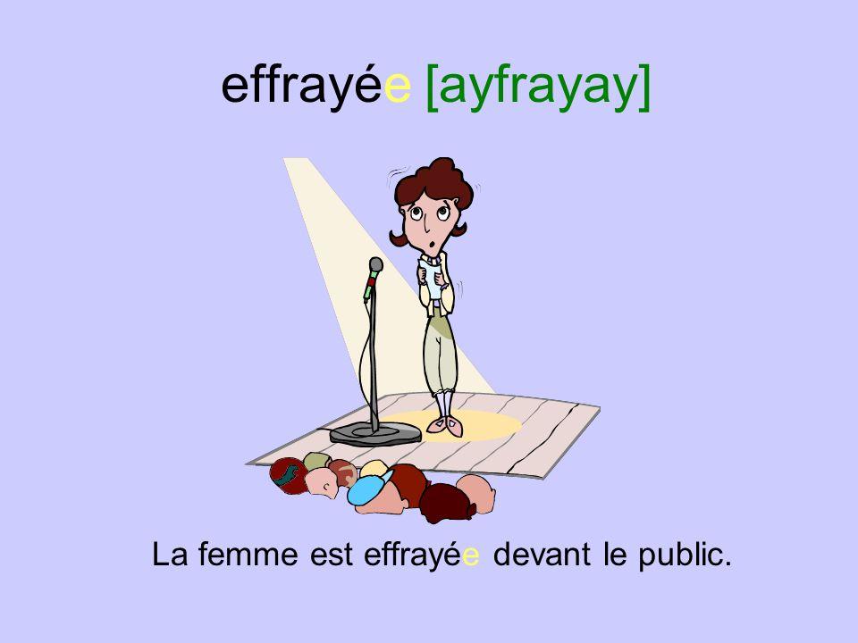 effrayée [ayfrayay] La femme est effrayée devant le public.