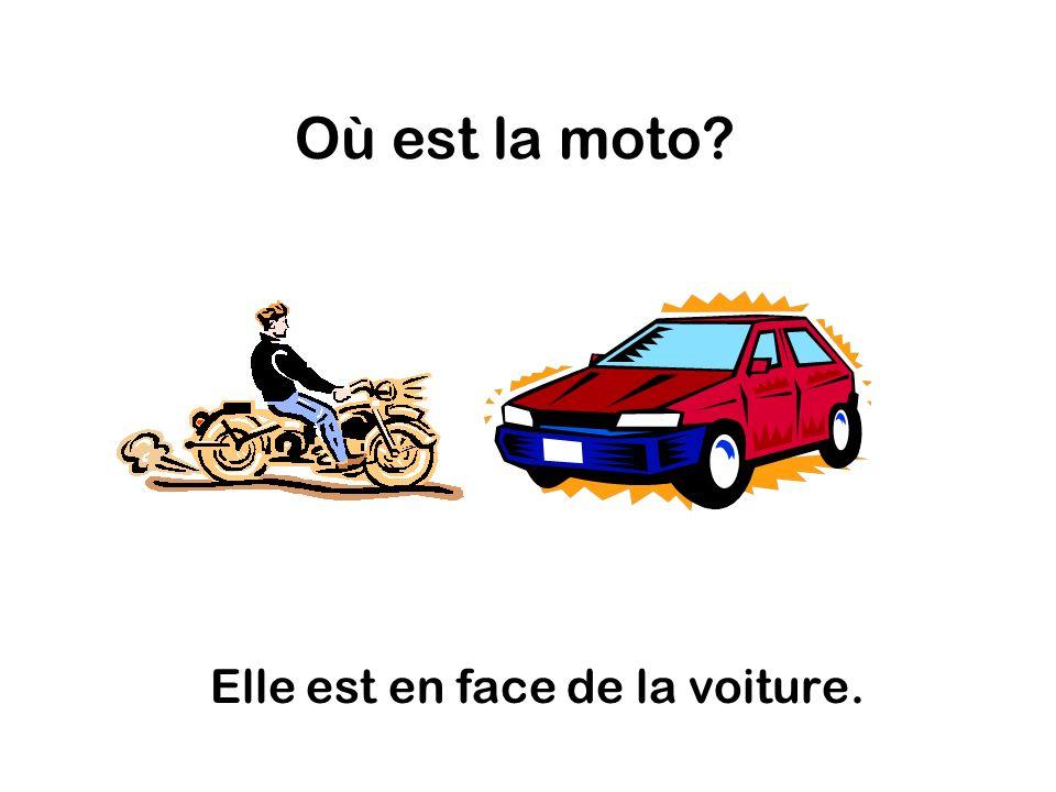 Où est la moto Elle est en face de la voiture.