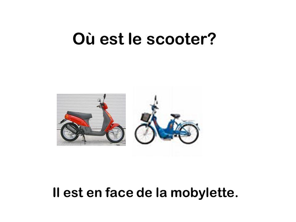 Où est le scooter Il est en face de la mobylette.