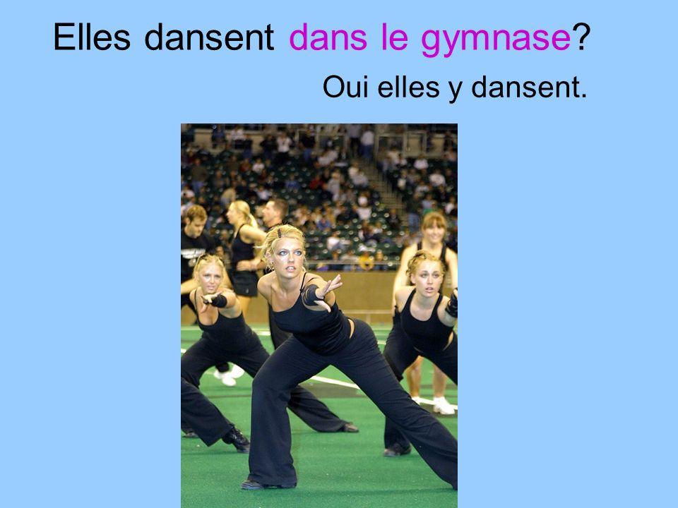 Elles dansent dans le gymnase Oui elles y dansent.