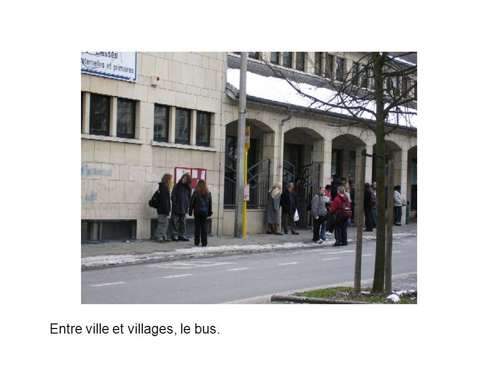 Entre ville et villages, le bus.