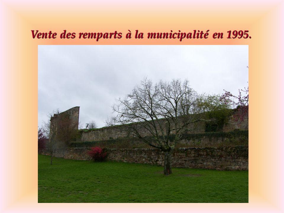 Vente des remparts à la municipalité en 1995.