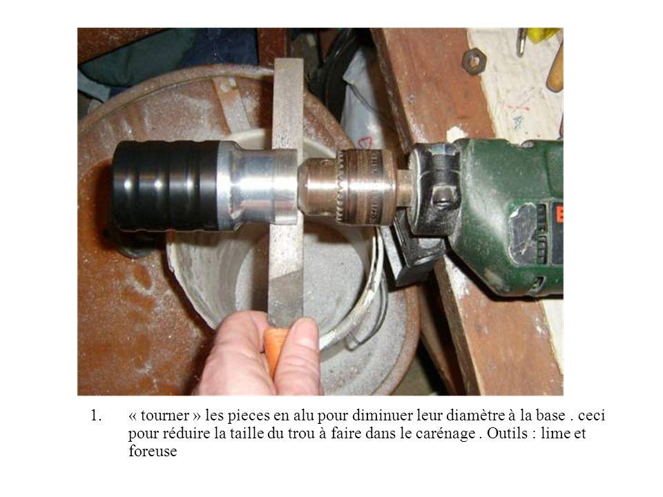 1.« tourner » les pieces en alu pour diminuer leur diamètre à la base. ceci pour réduire la taille du trou à faire dans le carénage. Outils : lime et