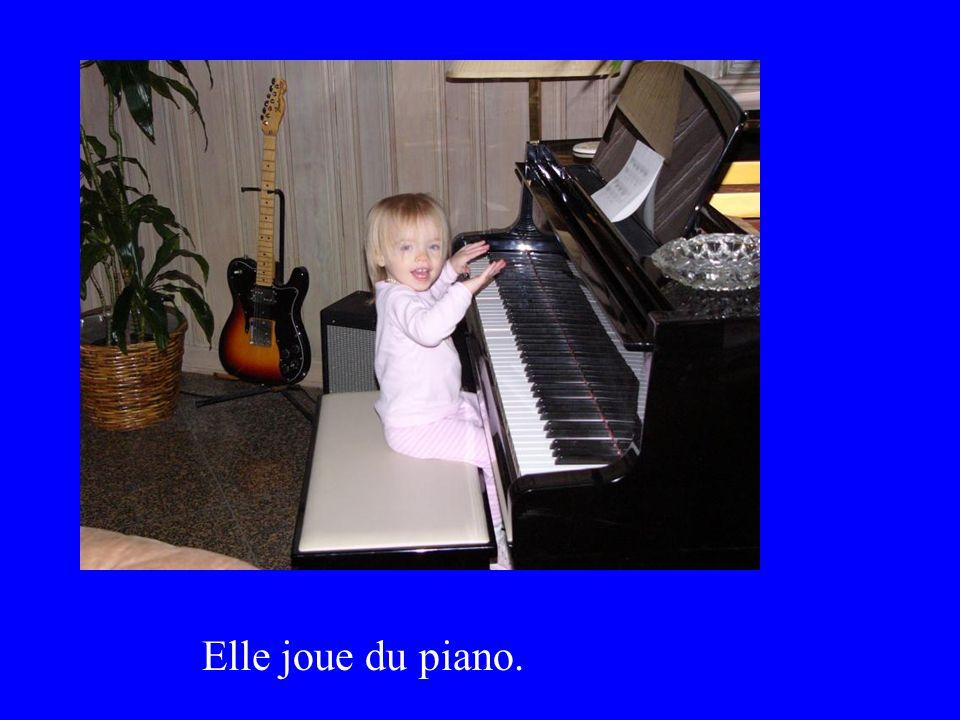 Elle joue du piano.