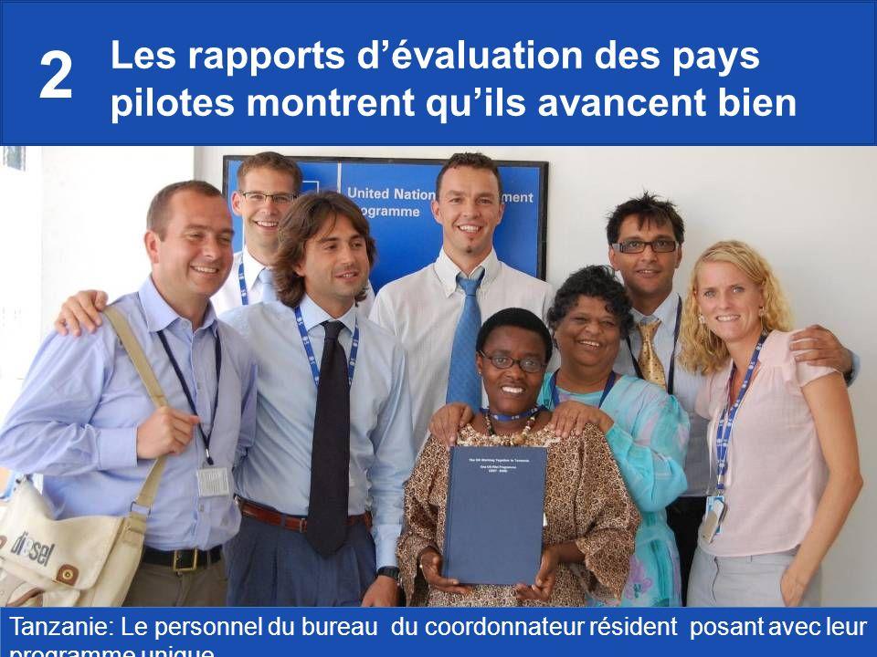 Les rapports dévaluation des pays pilotes montrent quils avancent bien Tanzanie: Le personnel du bureau du coordonnateur résident posant avec leur programme unique.