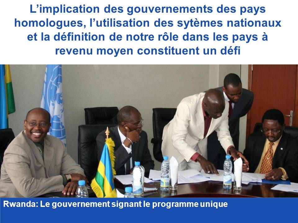 Limplication des gouvernements des pays homologues, lutilisation des sytèmes nationaux et la définition de notre rôle dans les pays à revenu moyen constituent un défi Rwanda: Le gouvernement signant le programme unique Rwanda: Le gouvernement signant le programme unique