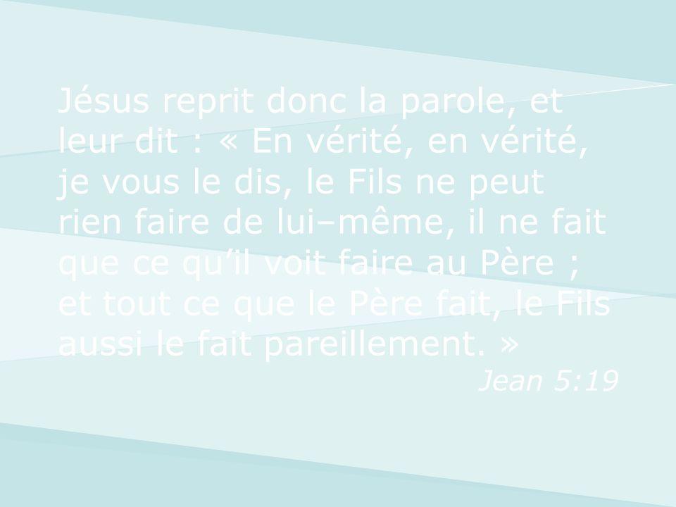 Jésus reprit donc la parole, et leur dit : « En vérité, en vérité, je vous le dis, le Fils ne peut rien faire de lui–même, il ne fait que ce quil voit