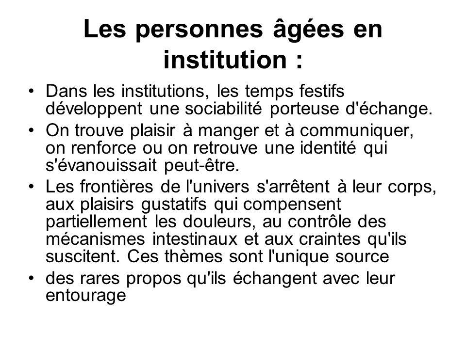 Les personnes âgées en institution : Dans les institutions, les temps festifs développent une sociabilité porteuse d'échange. On trouve plaisir à mang