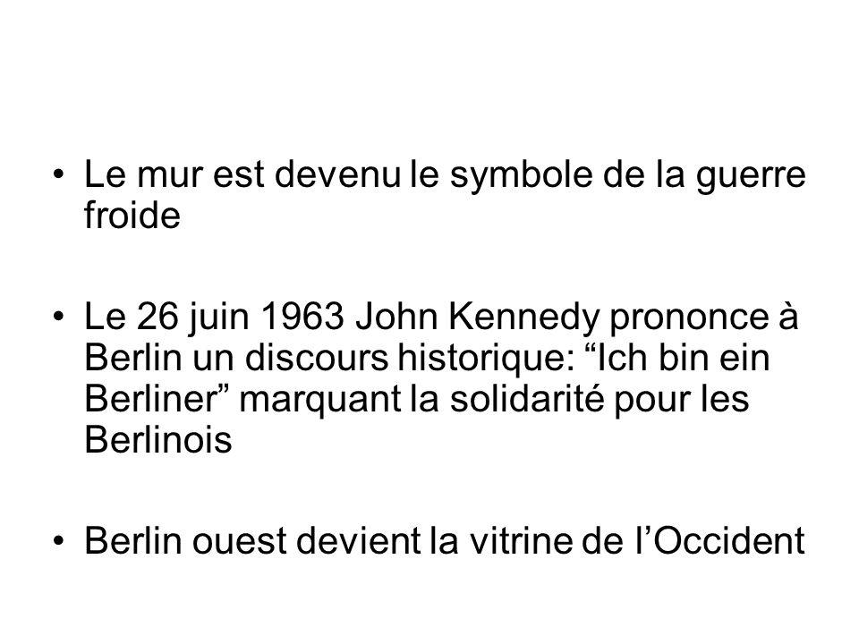 Le mur est devenu le symbole de la guerre froide Le 26 juin 1963 John Kennedy prononce à Berlin un discours historique: Ich bin ein Berliner marquant